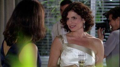 Silvia conta para Yvone que não conhece ninguém no jantar organizado para ela - Melissa sente ciúmes de Tarso