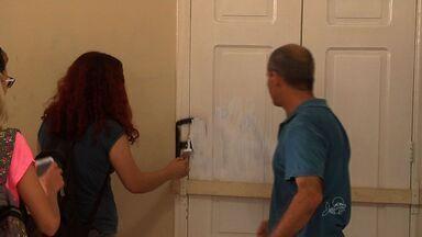 Alunos pintam paredes da UFC que haviam sido pichadas em protesto - Alunos fizeram cota para custear o trabalho.