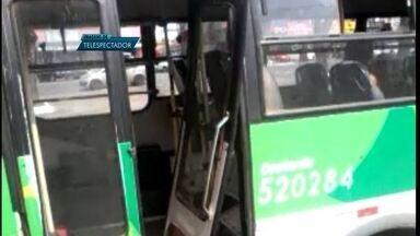 Ônibus circula normalmente com uma das portas destruída - O flagrante foi no centro de Ceilândia. Os passageiros estavam descendo e subindo pela porta da frente.