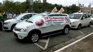 Vereadores fazem nova sessão para votar projeto sobre Uber - Taxistas fazem carreata na manhã desta quarta-feira (9) em São Paulo, dia em que a Câmara Municipal irá votar o projeto de lei que proíbe o aplicativo que usa carros particulares para o transporte de passageiros. Os taxistas querem que o Uber seja proibido.