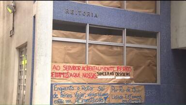 UFPR informa que não deve pagar bolsas de estudantes e outros compromissos - O não pagamento da bolsa dos estudantes foi um dos motivos da greve de estudantes, que invadiram a Reitoria da Universidade neste mês.