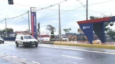 Impasse entre Prefeitura de Guarulhos e EMTU impede inauguração de corredor de ônibus - O impasse está impedindo que um novo trecho do corredor metropolitano comece a funcionar. A EMTU diz que o corredor, que custou R$ 100 milhões e estava prometido para 2013, ficou pronto. Mas a Prefeitura diz que a obra ainda não está concluída.