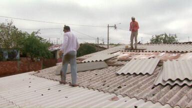 Dois dias depois do temporal famílias atingidas correm para cobrir os telhados - A preocupação é que amanhã tem previsão de chuva com granizo outra vez.