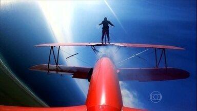 Aventuras Urbanas: Karina Oliani anda nas asas do avião em pleno voo domingo no EE - Karina Oliani arrisca a vida para fazer suas aventuras