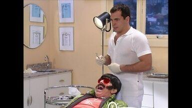 Daniel Boaventura ataca de dentista também no Zorra Total - Atualmente, ator vive PC em Tapas e Beijos