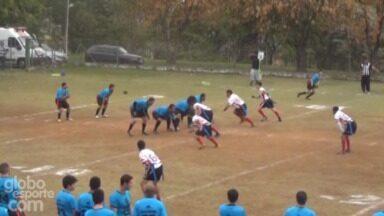 Interceptação do jogador do Mogi Desbravadores no jogo contra o Salto Blackbirds - Equipe mogiana venceu o duelo por 28 a 6.