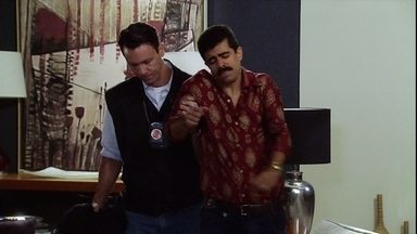 Raul é socorrido e Radesh, preso - Enquanto isso, Dário observa a movimentação para relatar para Ramiro