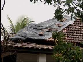 Moradores e Prefeitura fazem a limpeza em Eneida após a chuva - No distrito de Presidente Prudente algumas casas ficaram destelhadas e árvores caíram.