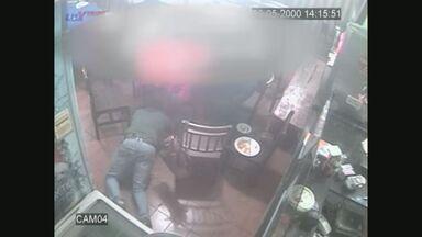 Câmeras de segurança flagram arrastão em restaurante de Ribeirão Preto, SP - Dupla armada roubou dinheiro, celulares e documentos de clientes e do estabelecimento no Jardim Paulista.