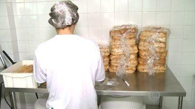 Alunos de escola municipal de Mesquita comem sanduíche de almoço - A empresa que fornece alimentos é a mesma suspeita de superfaturar alimentos em São Gonçalo.