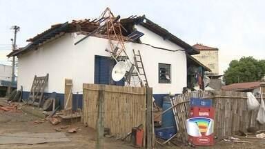 Moradores ainda contabilizam prejuízos após a chuva desta terça na região - Em Jacareí, uma torre caiu sobre uma casa.