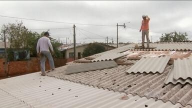 Aumenta para 39 o número de cidades atingidas pelo temporal no Paraná - Mais de 100 mil pessoas foram afetadas, no estado. Vinte e sete se feriram. A prefeitura de Foz do Iguaçu decretou situação de emergência. Em Nova Esperança, no noroeste paranaense, 800 pessoas ainda estão fora de casa.