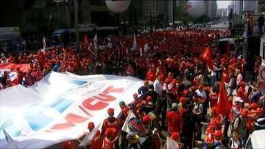 CUT faz ato em São Paulo para lançar campanha salarial com data-base no segundo semestre - Os organizadores disseram que dez mil pessoas participaram da manifestação na Avenida Paulista, em frente à sede da Federação das Indústrias do Estado de São Paulo. A Polícia Militar não divulgou nenhum cálculo.