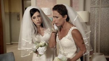 Fátima e Sueli decidem ir até Copacabana - Após ligação sobre Djalma, a dupla decide atrasar o casamento