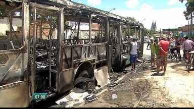Polícia busca os três suspeitos de atear fogo em dois ônibus no Recife - Circulação das linhas foi suspensa na área após ocorrências.