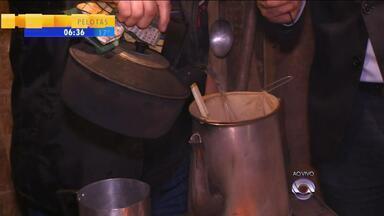 Piquete Maragatos da Zona Sul participa do Acampamento Farroupilha há 15 anos - Repórter Josmar Leite mostrou ao vivo a preparação de um café campeiro.