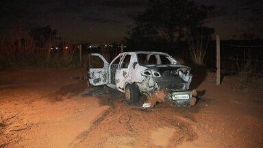 Criminosos ateiam fogo a carro após sequestrar bombeiro na EPTG - A polícia investiga o sequestro-relâmpago de um bombeiro, na EPTG. Antes de fugir, os criminosos teriam ateado fogo no carro com o bombeiro ainda dentro. Ele teve queimaduras nos braços e no rosto.