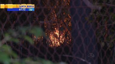 Incêndio atinge morro nas imediações do bairro Belém Velho, em Porto Alegre - É o segundo caso de fogo em vegetação registrado desde ontem na Capital.
