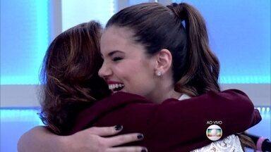 Elizabeth Savala e Camila Queiroz serão mãe e filha na próxima novela das seis - Savala faz surpresa e surpreende Camila no palco do 'Encontro'