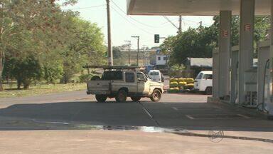 Motoristas usam posto de combustível como desvio em Ribeirão Preto, SP - Reportagem mostra flagrantes de irregularidades no trânsito próximo a um posto de combustível na Avenida Marechal Costa e Silva.