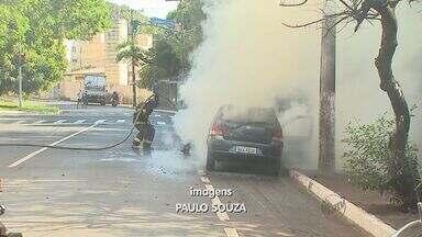 Carro pega fogo no bairro Vila Virgínia, em Ribeirão Preto, SP - Bombeiros foram chamados para controlar o fogo que destruiu o veículo.