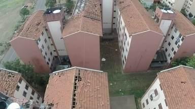 Tem início planejamento de reparos em prédios da CDHU após tempestade que atingiu Marília - Depois da tempestade que atingiu Marília (SP) na semana passada, é hora de planejar os reparos. É o caso dos prédios da CDHU, que foram destelhados.
