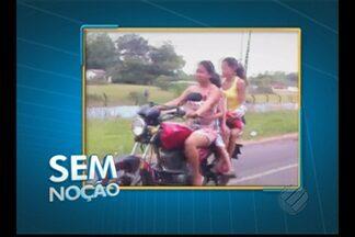 Duas mulheres sem capacete levam crianças em moto sem capacete em rodovia estadual - Confira as imagens do Sem Noção.
