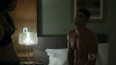 Anthony planeja apresentar Giovanna a Maurice - A patricinha fica intrigada com a confiança do amante