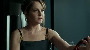Carolina questiona Angel e Alex sobre gravata - Dona de casa percebe que o marido estava usando acessório antes de sair de casa
