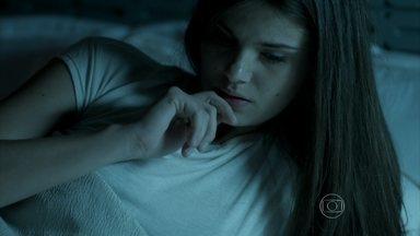 Angel estranha o comportamento da mãe - Hilda percebe que Carolina está abatida