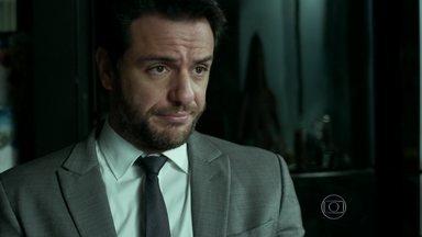Alex despista Carolina - Empresário inventa desculpa para justificar gravata encontrada no quarto de Angel