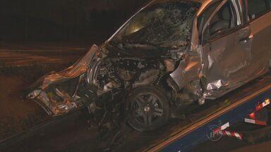 Bebê morre em acidente de carro em Campinas - O pai, que dirigia o veículo, bateu em uma árvore. A suspeita é de que ele estava em alta velocidade.