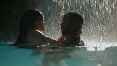 Brau e Michele entram pela primeira vez na mansão - Casal mergulhou na piscina de madrugada