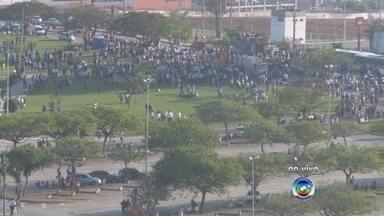 Metalúrgicos de Sorocaba fazem protesto por reajuste salarial - Trabalhadores do setor metalúrgico fazem um protesto na manhã desta quarta-feira (23) em frente a unidade do Centro das Indústrias do Estado de São Paulo (Ciesp) em Sorocaba (SP). Representantes do sindicato que respondem pelo setor pararam os ônibus que levavam os trabalhadores para reivindicar reajuste de salários.