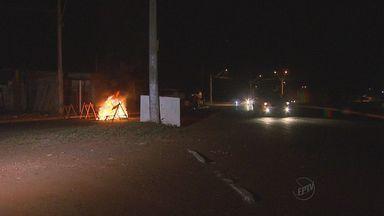 Polícia fecha avenida após local ficar sem energia elétrica em Ribeirão Preto, SP - Moradores protestaram e fecharam as pistas com fogo. Em seguida, os policiais chegaram e interditaram a via com cavaletes na entrada e na saída.
