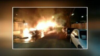 Carros estacionados em frente à delegacia são incendiados em Balneário Camboriú - Carros estacionados em frente à delegacia são incendiados em Balneário Camboriú