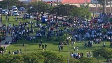 Metalúrgicos de Sorocaba fazem protesto por reajuste salarial - Trabalhadores do setor metalúrgico fizeram um protesto de aproximadamente três horas na manhã desta quarta-feira (23) em frente à unidade do Centro das Indústrias do Estado de São Paulo (Ciesp) em Sorocaba (SP). Representantes do sindicato que respondem pelo setor pararam os ônibus que levavam os cerca de 6 mil trabalhadores para reivindicar reajuste de salários.