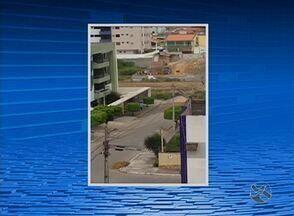 Imagens flagram homem desperdiçando água no Bairro Maurício de Nassau - Vídeo foi feito na tarde da terça-feira (23), em Caruaru, e mostra homem lavando calçada.