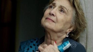 Fábia consegue comprar uísque na clínica - Mãe de Anthony suborna um funcionário do local para voltar a beber