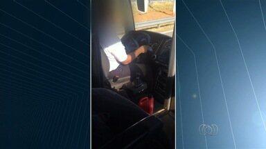 Motorista é flagrado falando ao celular e sem cinto de segurança em Goiás - Segundo passageira, não é primeira vez que ela encontra essa infração. Empresa diz que dá treinamento e orientação aos condutores.
