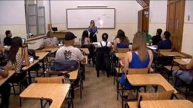 Universidades particulares apelam a promoções para atrair e manter estudantes - As faculdades particulares estão fazendo de tudo para driblar a crise. Elas oferecem promoções para atrair e mantes estudantes com pouco dinheiro para pagar as mensalidades.