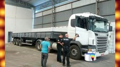 Carreta e caminhão clonados são apreendidos em galpão de Taubaté - Veículos foram encontrados em Quiririm por policial nesta quinta-feira (24).