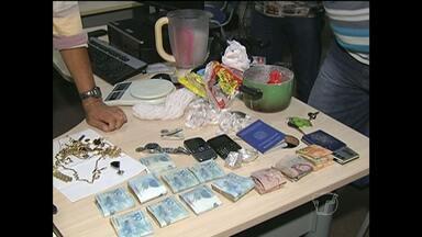Jovem é preso com droga e denuncia fornecedor em Santarém, PA - Na casa do suposto fornecedor, polícia encontrou cerca de R$10 mil e droga. Jovem, fornecedor e mulher foram autuados por tráfico de drogas.