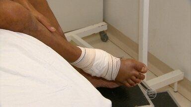 Lesões nos pés de motociclistas geram ao estado custos de R$ 120 a R$ 190 mil - Motociclistas se arriscam pilotando descalços.