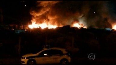 Incêndio destrói 70 carros na Região Metropolitana de Belo Horizonte - O fogo começou na madrugada desta sexta-feira (25) e só foi controlado quatro horas depois. A área é usada pela Prefeitura de Nova Lima para guardar veículos apreendidos. A polícia acredita que o incêndio tenha sido criminoso.