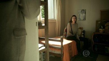 Angel se muda para a casa do pai - Hilda deixa a arma que foi de seu marido com a neta