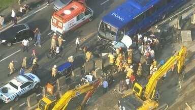 Acidente entre ônibus e 11 veículos deixa 27 pessoas feridas na Avenida Brasil - O trecho na altura de Parada de Lucas só foi totalmente reaberto quase 3 horas depois do acidente. Um dos motoristas precisou ser retirado das ferragens. Mas ele só teve ferimentos leves e foi liberado do hospital Getúlio Vargas no fim da manhã.
