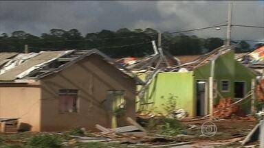 Temporal provoca estragos em Ponta Grossa (PR) - O vento chegou a cem quilômetros por hora. Em 20 minutos, a tempestade danificou mais de 200 casas.