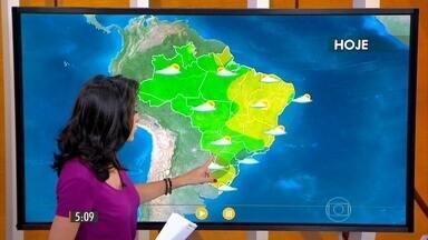 Confira como fica o tempo nesta quinta-feira (1º) em todo o Brasil - Do lado oeste do país, o calor e a umidade que vêm da Amazônia e a circulação dos ventos criam áreas de instabilidade sobre a região norte e centro-oeste. Do outro lado, uma área de alta pressão no oceano faz o vento soprar bastante umidade para o co