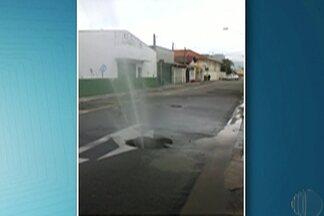 Morador de Mogi registra vazamento de água na Rua Capitão Manoel Caetano - Semae informou que uma rachadura ocasionou vazamento.